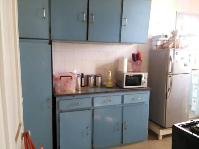 cuisine équipée eau chaude, micro-onde, frigo, mixeur-hachoir, bouilloire, toute la vaisselle