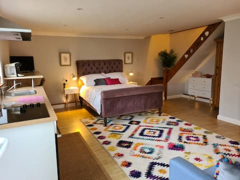 Ditsy's Den is an Adorable Accommodation in the heart of the Kent Countryside and within the grounds of a fantastic Oast property built in the 1850's.Lots of lovely Local pubs that offer Great home cooked food and local Ales.