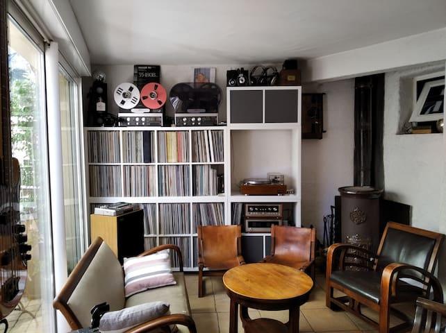 coin salon avec espace musique