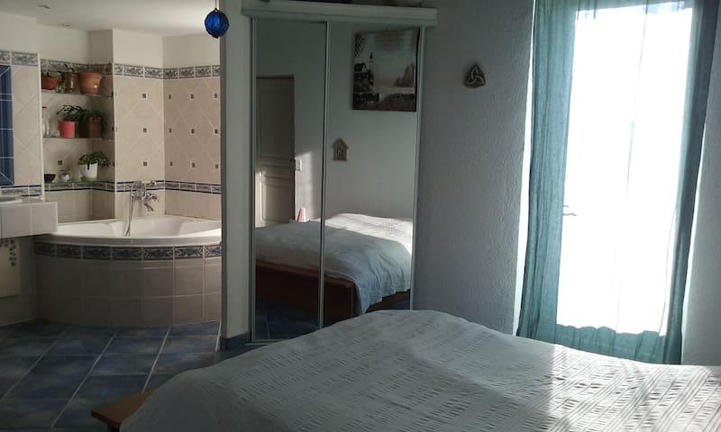 Grande chambre 2 à 4 pers avec terrasse - Alès - Haus