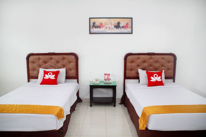 Charming Room at Raya Juanda - Sedati - Bed & Breakfast