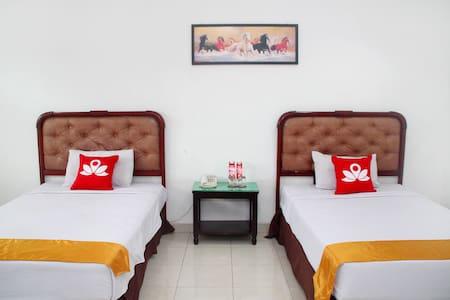 Charming Room at Raya Juanda - Sedati - Bed & Breakfast