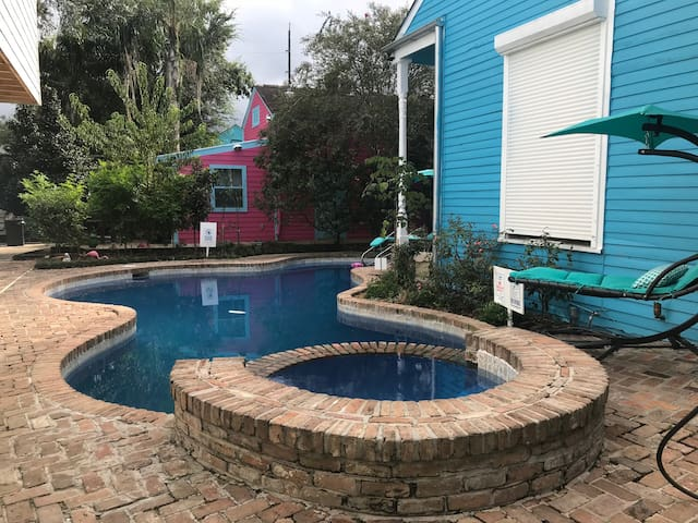 5 BR-Sleeps 10! Best location next to French QT!