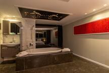 בסויטה אלמה 5 האמבט במרכז החדר