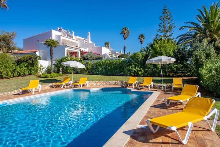 FABULOUS FIVE BEDROOM VILLA WITH STUNNING SEA VIEW
