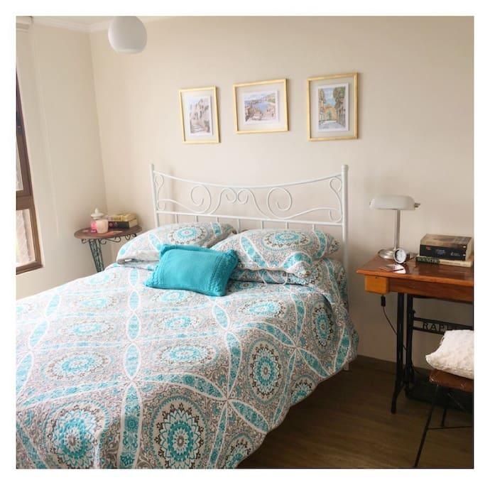 Dormitorio con cama de 2 plazas. Muy iluminado y con preciosa vista. Tiene televisor y baño privado. Te dejaré una estufa eléctrica en invierno.