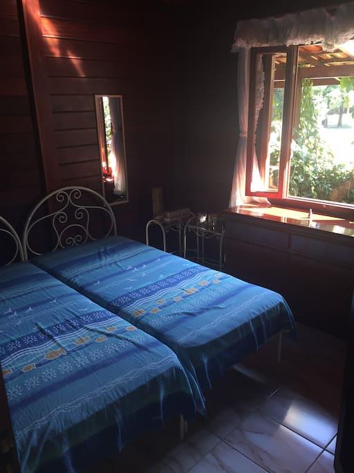 Quarto 2 com duas camas de solteiro mais colchão de casal