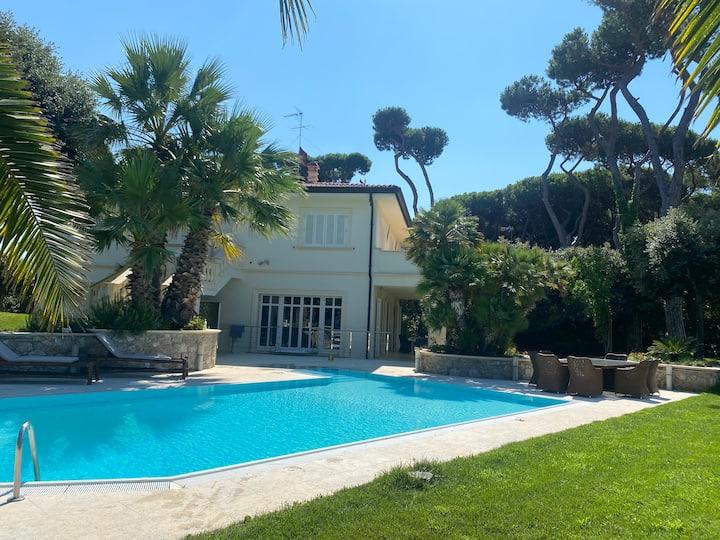 Stanza privata in villa con piscina al mare