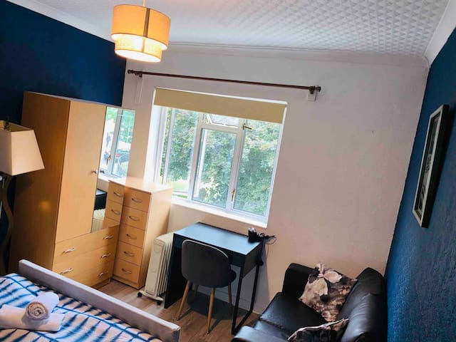Room walking distance from Canary metro