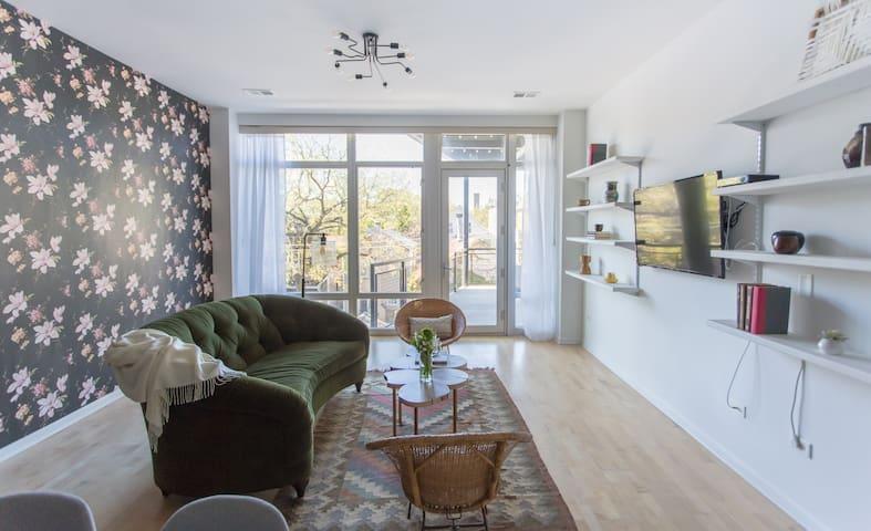 Sonder | Lincoln Park | Warm 2BR + Balcony