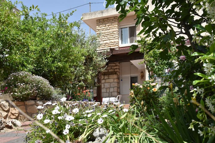 5 min walk from old city!  kosher only. - Safed - House