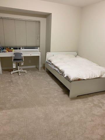 Quiet private room/bath in a cozy home