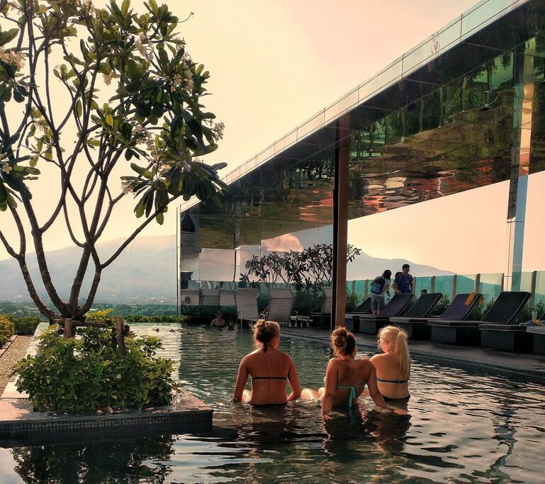 16楼屋顶无边际游泳池