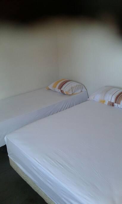 Quarto 1 :01 cama de casal e 01 cama de solteiro