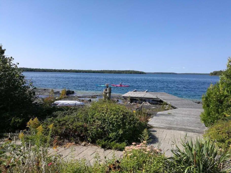 可以走到湖边的甲板~可以在湖边直接推船下去划船。注意:一定要穿鞋子、湖边石头很硬很滑。