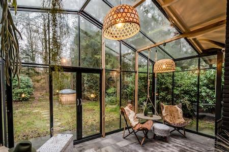 Boutique bungalow 1 met sauna,  hottub en boskas.