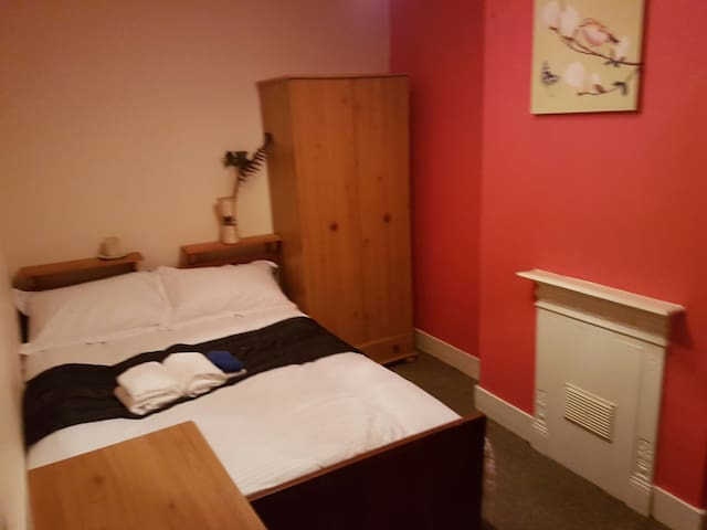 Double bed in a spacious room. - Bedford, England, GB