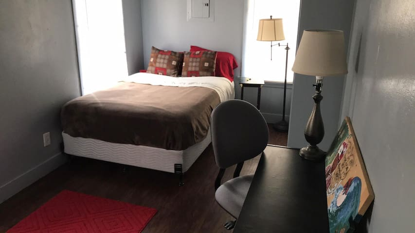 Private bedroom with ensuite, 1 block from campus