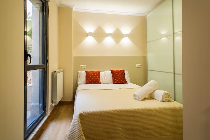 Dormitorio con cama doble y amplio armario empotrado.