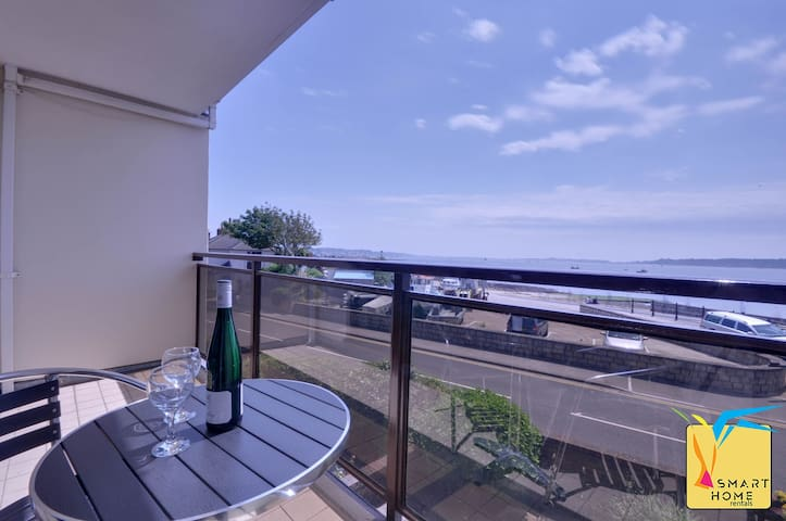Blue Swell (Poole Quay): Panoramic Sea Views of Poole Bay, 3 bedroom townhouse alongside marina