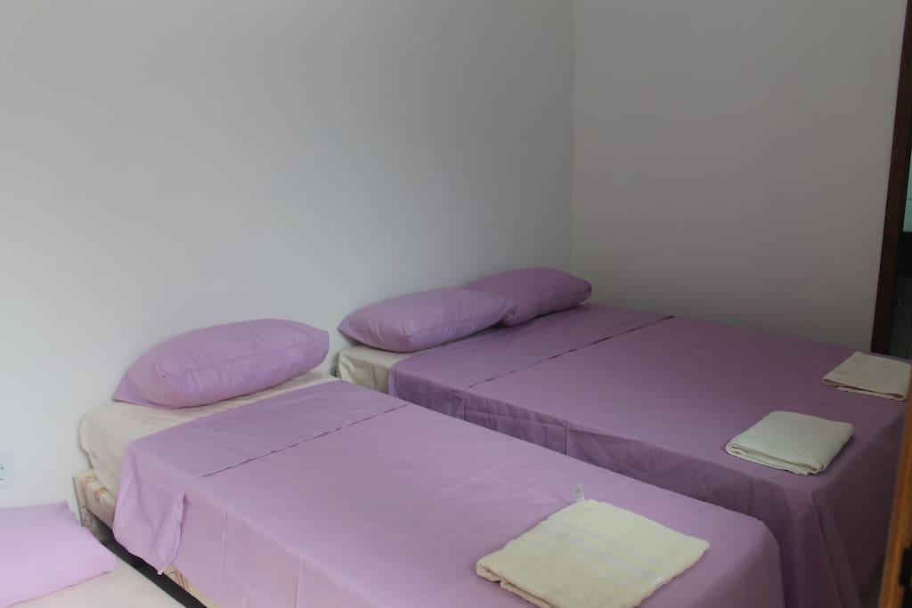 Quarto quadruplo com cama de casal e uma cama auxiliar