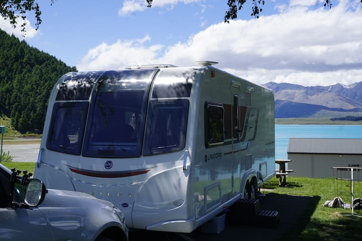 The lakeside little mobile house