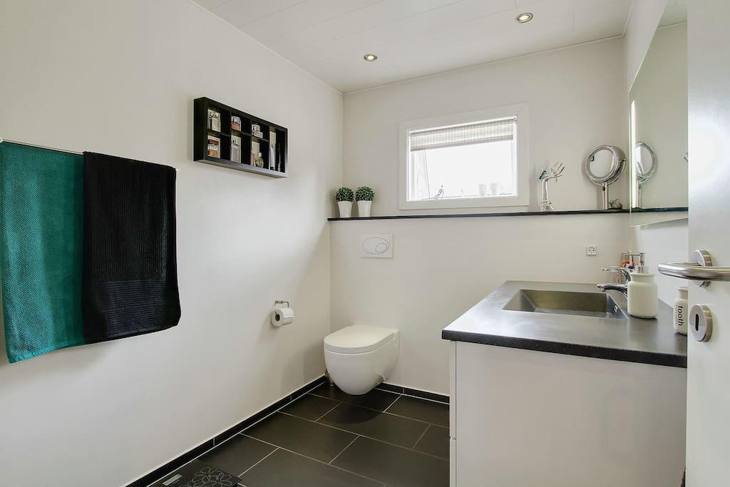 Husets eneste badeværelse med toilet og bad.