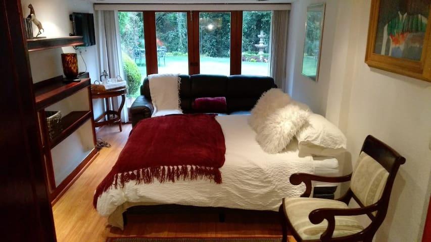 Luxurious room 5 mins away from Santa Fe