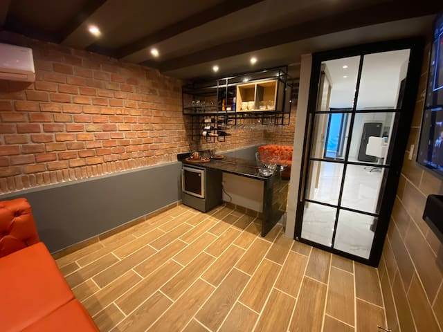 Fully equipped with glassware bar. Sonos sound is syncable with living room.