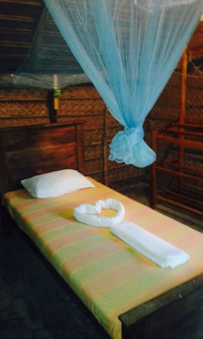 Simple and comfortable. Listen to the sounds of nature at night through this hut of natural design :)