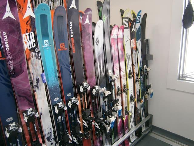 25% de réduction sur la location de tous équipements de glisse a la boutique Sports Experts du Mont Édouard si 2 nuitéset plus.