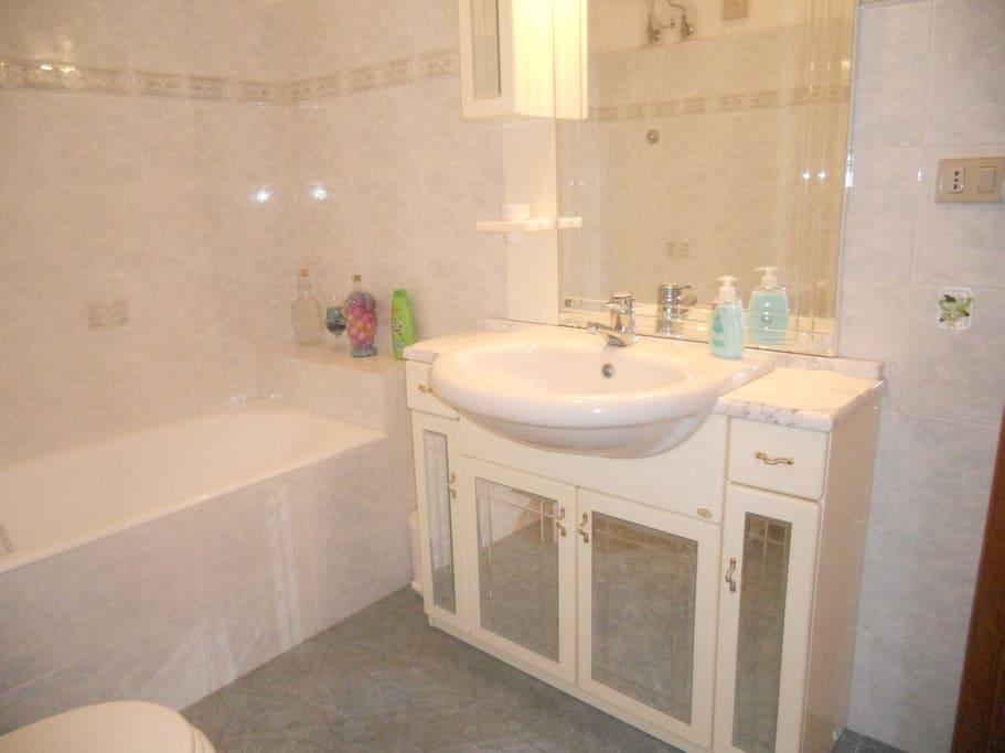 Nuovo ampio bagno con doccia.