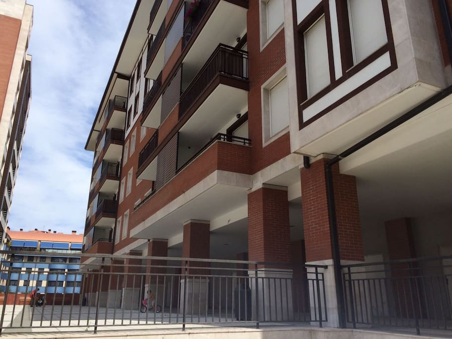 Building. Minutes walk from the Town Center and bus and train Station