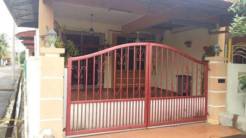 Arissa Humaira Comfy Homestay Bukit Beruang Utama - Melaka - Hus