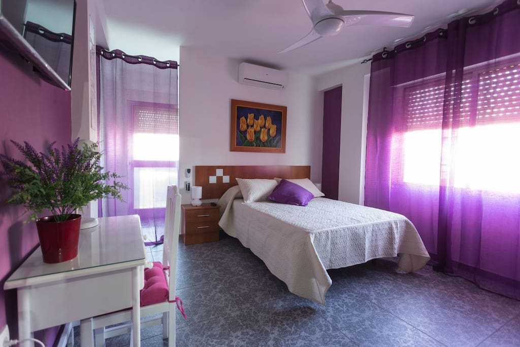Dormitorio 3 con zona para trabajar con portátil.