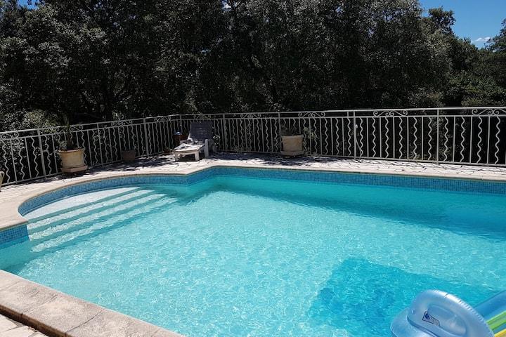 Maison familiale avec grande piscine et vue