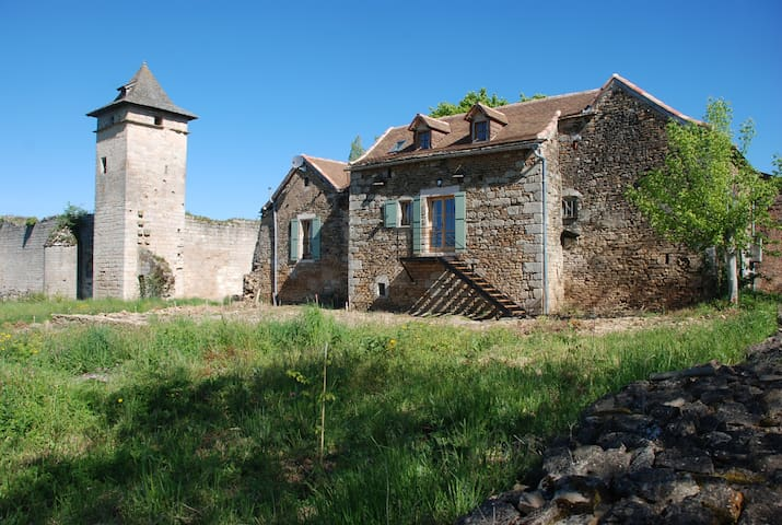 2 BEDROOM COTTAGE ALONGSIDE A RUINED CASTLE - Languedoc-Roussillon-Midi-Pyrénées - House