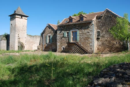2 BEDROOM COTTAGE ALONGSIDE A RUINED CASTLE