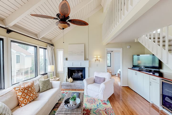Renovated home w/ deck, marsh views & Seabrook amenity cards - Dogs ok!