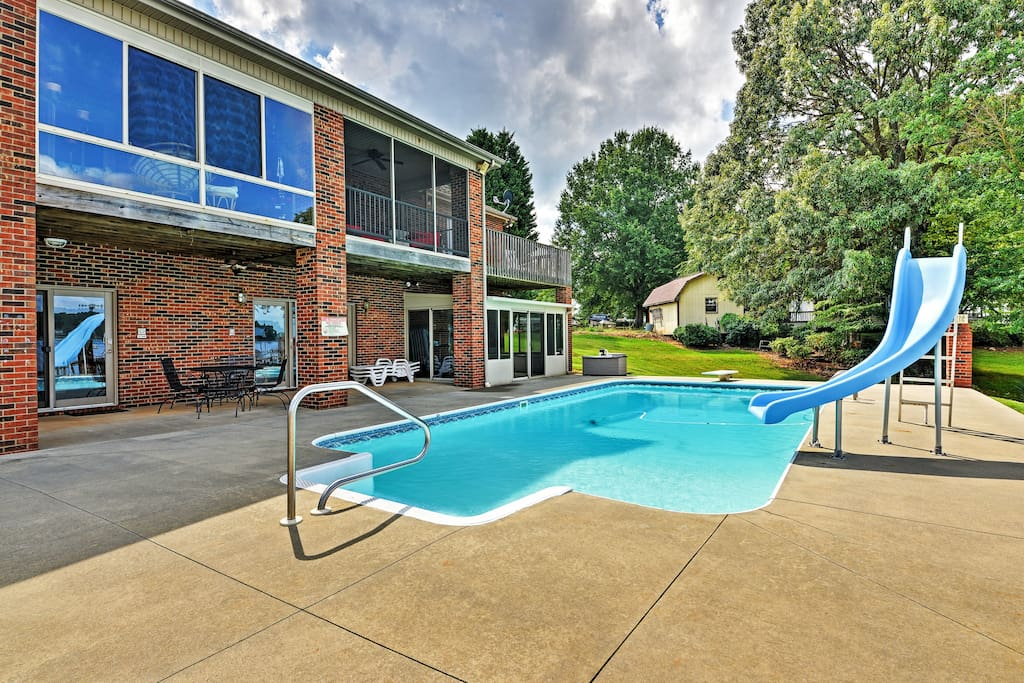 You'll love splashing around in this wonderful outdoor pool.
