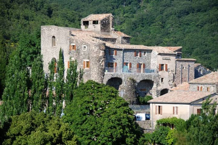 Maison dans village Médiévale avec terrasse.