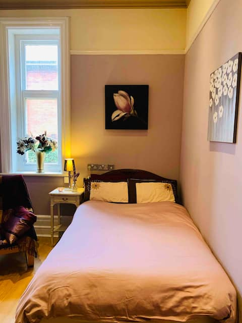 DBLE ROOM Nr TOWN, TRAINS&BUSES/M4 £=1 guest