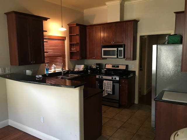 Evans: Shared Room in Central Austin Community