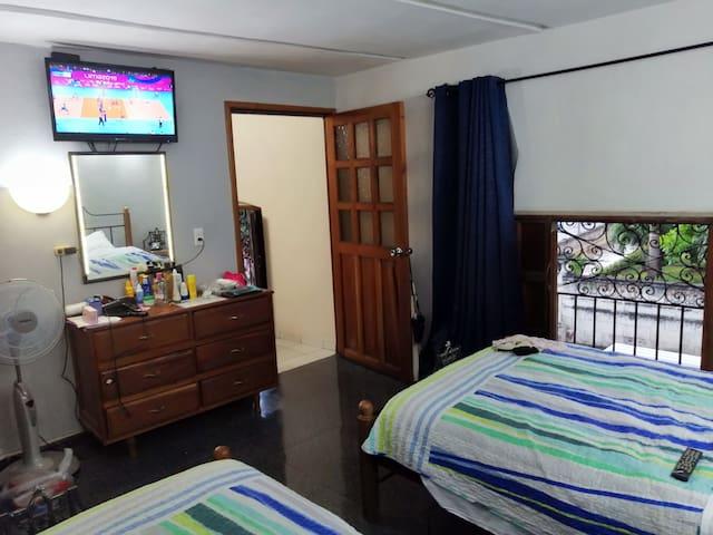 Habitación con vista a la callle, tv de pantalla plana, caja de seguridad, ventilador, aire acondicionado, teléfono,secadora de pelo ( al pedido), plancha y señal Wifi.