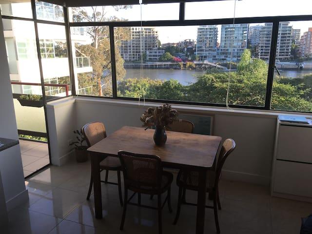 Stylish, secure, walk to city. Amazing views! - New Farm - Apartment