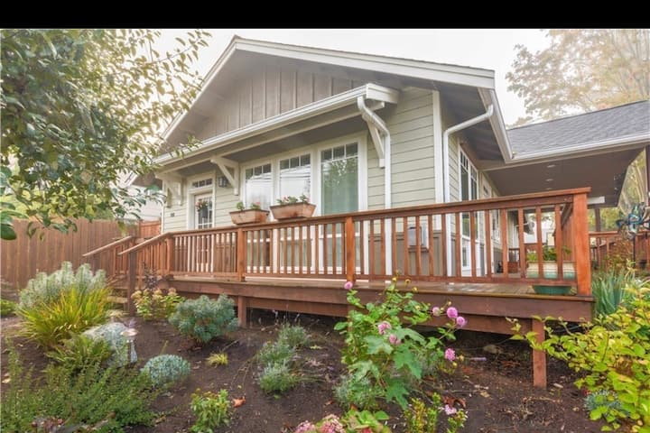 Charming. Modern. Private. Walk downtown 0.8 miles