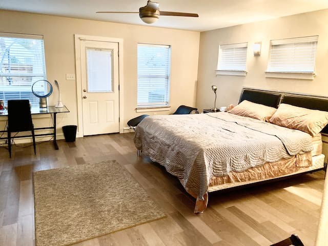 Spacious room on own floor - Uptown&Knox Henderson
