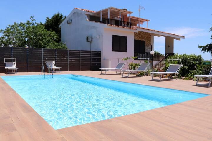 Villa bifamiliare con piscina in assoluto relax