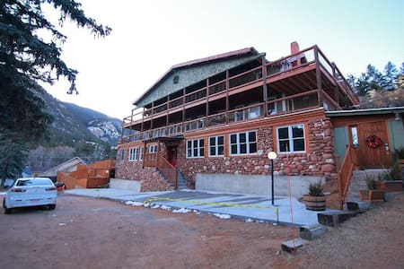 3 Bedroom Jacuzzi Suite In Historic Lodge - Green Mountain Falls