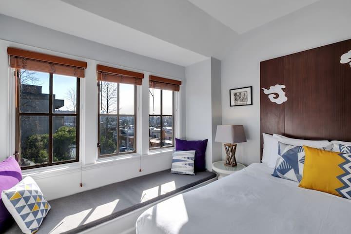 College Inn Hotel (Premium Queen w/ Private Bath)